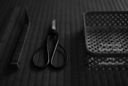 四つ目編みの竹籠と道具たち