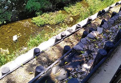 石詰めマットの川底と、板張り護岸岸(手前)