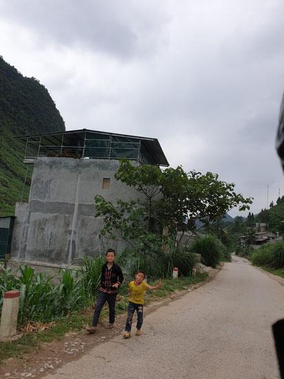 Fahrt durch ein einheimisches Dorf am Ha Giang Loop