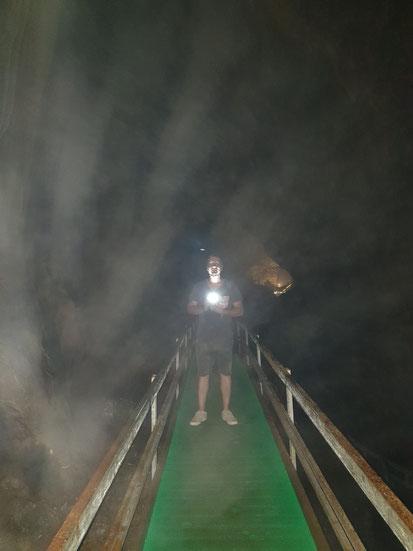 Auf dem Weg durch die Höhle am Ha Giang Loop