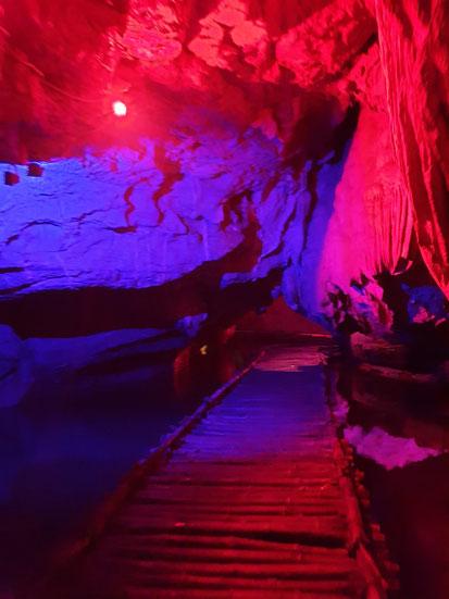 Farbige Tropfsteinhöhle bei Tam Coc