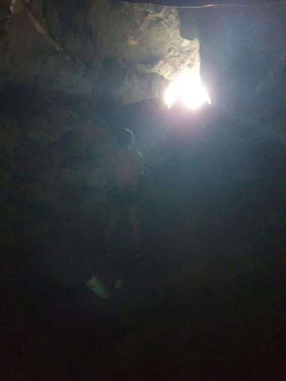 Lichtblick in der dunklen Höhle