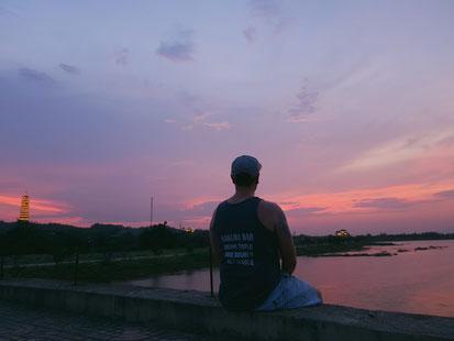 Sonnenuntergang mit einmaligen Farben bei der Bai Dinh Pagoda