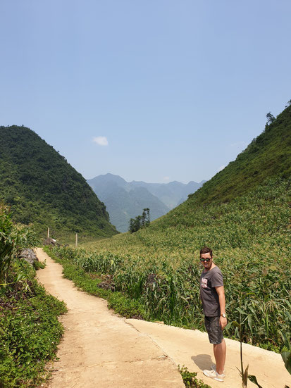 Weg zur Höhle bei Hitze beim Ha Giang Loop