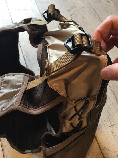 背面上部サイズ&容量調整用バックルベルト