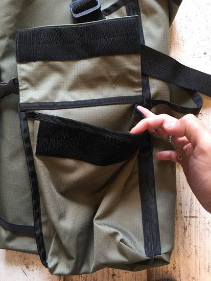 前面カーゴポケットはマジックテープ仕様