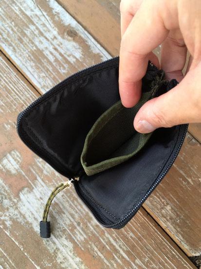 中央が小銭入れになっておりジップを閉めるとこぼれません。