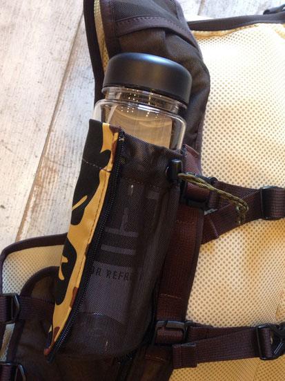ジッパーワンタッチで可変するボトルホルダーがとても便利!!使わない時は通常の薄手のポケットとして使える!!