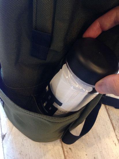 外側のポケットには別途500mlボトルが収納できちゃうポケットがさりげに‼