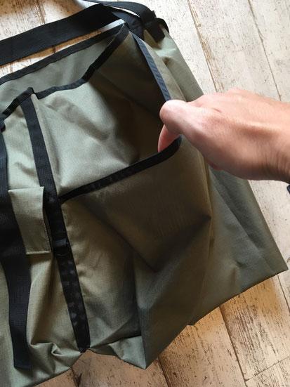 側面から背後にかけて大きいスリーブポケット