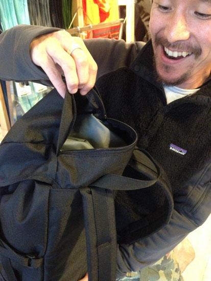 そしてトップの雨蓋の部分に大きめのジッパーポケットを装備しているので貴重品やウィンドシェルなど出し入れを頻繁にするアイテムなどを収納するのに最適なポケットです!!