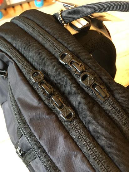 メインポケットは前面と後面で分かれています