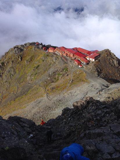 頂上付近から撮影した槍ヶ岳山荘ー