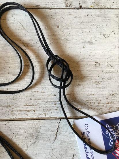 ショルダーロープは長目なので、お好きな長さにくくって調整してください