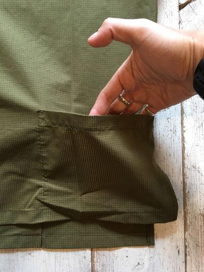 背面ポケット(両サイドあり)後ろの方が短い着丈となっております。