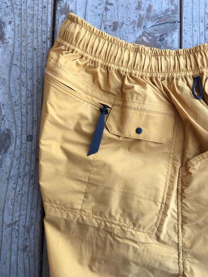 右側面ジップポケット&携帯スリーブポケット