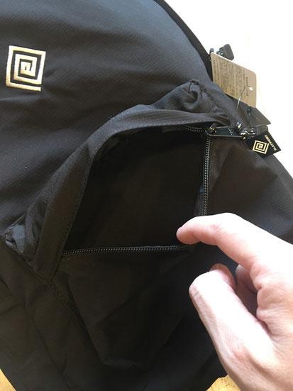 背面下部ジップポケット