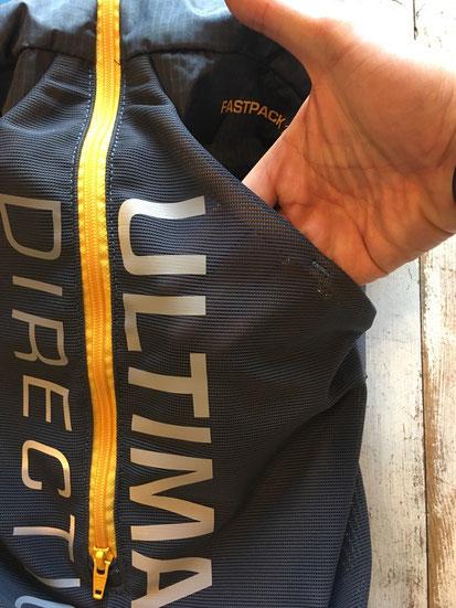背面のメッシュポケットもセンタージップで仕切られて使いやすい!!