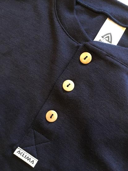 胸元のウッドチップボタンも可愛い!!