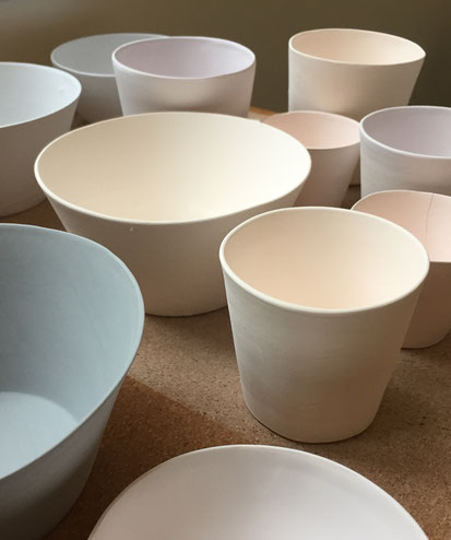 Atelier de céramique Brigitte Morel. Pièces en porcelaine biscuitées attendant d'être émaillées. Les couleurs vont se révéler après la dernière cuisson.