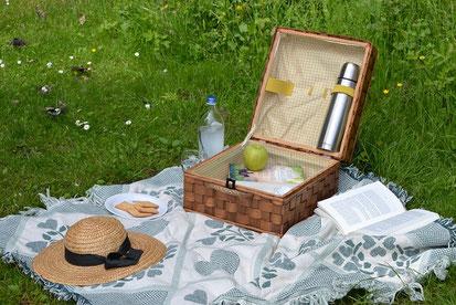 紅茶を飲みながら楽しく読書。マーガレットの花、キャンドル、腕時計、眼鏡、本。