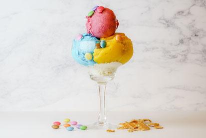 開かれた窓。風ではためくレースのカーテン。青空と緑の木々が覗いている。