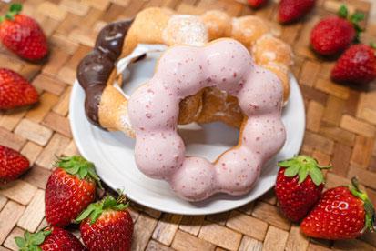 積み重ねられた4つの麦わら帽子とひまわり。
