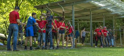Junge Bogenschützen auf dem Bogenplatz in Esslingen