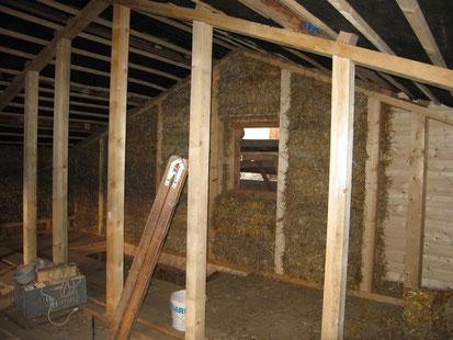Stallausbau mit Holz, Stroh, Lehm und Kalk