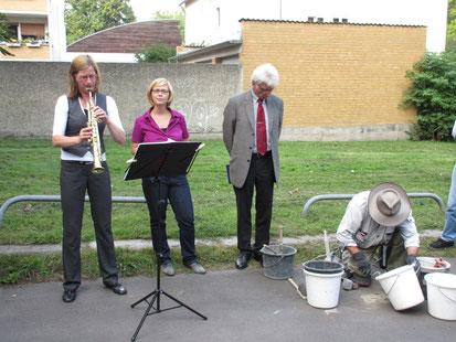 Bei der Steinverelegung (von rechts) Gunter Demnig, OB Bertram Hilgen, Laura Schibbe und Kerstin Röhn