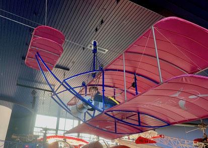 Flying Levi... hoch oben durch die Halle fliegen.