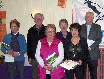 """Ein Teil der Geehrten (von links): Elke Schmidt, Rainer Hahn, Antje Rank, Ingrid Hahn und Sighild Klamt sind seit 30 Jahren Mitglied bei der NABU-Gruppe Neumünster, Otto Widell seit 40 Jahren! Wir sagen nochmals """"Danke!"""" Foto: Anja Hildebrandt"""