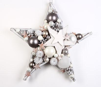 Handgefertigter Stern aus Glaskugeln und Holzsternen in weiß-grau.