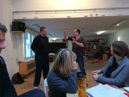 Bild vom Sprechertraining, Trainer gestikuliert mit beiden Armen