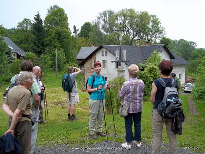 Ein wiederbewohntes Haus mit Wegekreuz in Nová Viska / Neudörfel