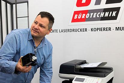 Jörg Bücher gibt gern Tipps zum Einbau von Trommeleinheit, Entwickler, Transferband, Reset-Chips bei Laserdruckern bzw. Multifunktionsdruckern.