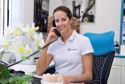 Im Bild Dr. Anita Kaiser, Aspach die lächelt und telefoniert