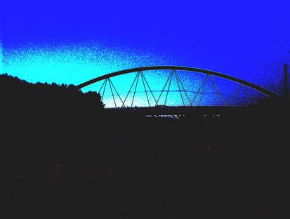 Brücke (invertiertes Foto) über den Kanal