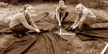 Schweizer Pfadfinderinnen beim aufbau eines 5-Mann Zeltes