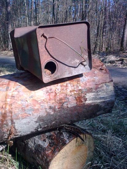 Der alte Benzinkanister wirkt wie eine Mahnung zur aktuellen Waldbrandgefahr