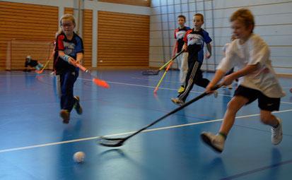 Die Jüngeren spielen voller Elan Unihockey