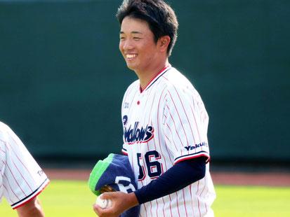 「先輩にボールを渡す時もこの笑顔。ブルペンの癒しです」
