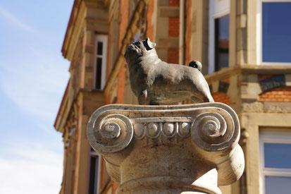 Mops auf der Säule, die zu Ehren Loriots in Stuttgart errichtet wurde