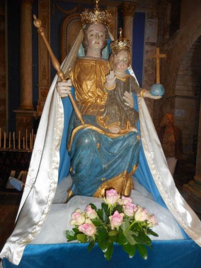 1-La statue de la vierge couronnée de Kernitron brille dans la nuit et guide les pas des fidèles
