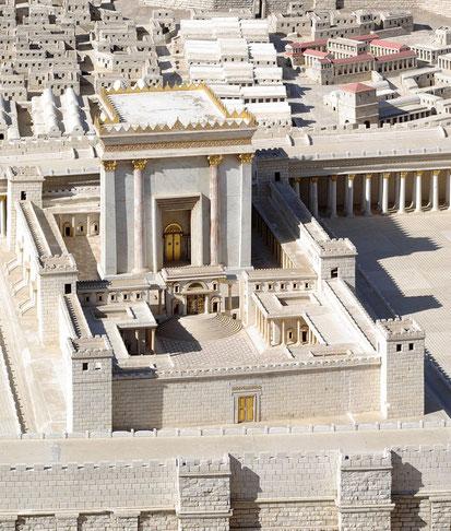 Le sanctuaire se compose de deux parties, le Saint (hékal) et le Très-Saint (débir), une pièce carrée de 10 m de côté. Seuls les prêtres pouvaient entrer dans le Saint et seul le grand-prêtre, qui préfigurait Jésus entrait dans le Très-Saint.