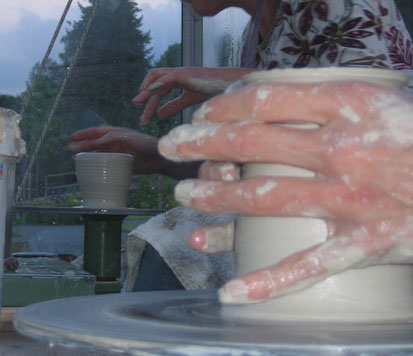 Schnappschuss beim Drehkurs, drehen auf der Töpferscheibe