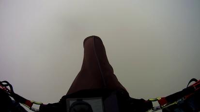 un parapente avec aucune visibilité dans un nuage