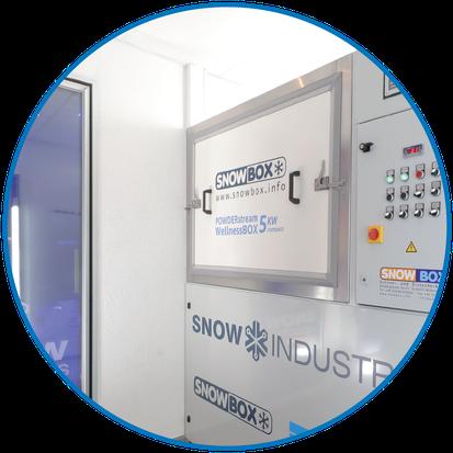 Eine POWDERstream® WellnessBOX COMPACT Einheit wird direkt an einer Rückseite der mitgelieferten Schneekabinen platziert.