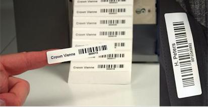 Permanente Textilkennzeichnung: Bild Namenetikett mit Barcode