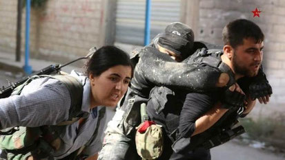 Kurdiske fightere bærer såret kammerat væk fra fronten